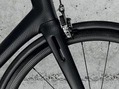 Marc Simoncini, le fondateur (entre autres) de Meetic, Jaïna Capital et Sensee, présente un vélo de course luxueux en carbone dopées aux innovations technologiques.