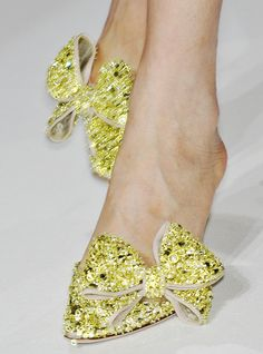 valentino haute couture glitter bow heels, for some reason these are speaking to me! Women's Shoes, Zapatos Shoes, Me Too Shoes, Shoe Boots, Shoes Valentino, Valentino Couture, Valentino Garavani, Pretty Shoes, Beautiful Shoes