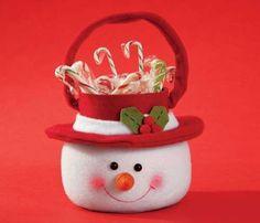 PREPARANDONOS PARA LA PROXIMA NAVIDAD   LES DEJO ESTE BONITO DULCERO.         INSTRUCCIONES     Material:     • 50 cm de fieltro ... Christmas Bags, Christmas Fabric, Christmas Snowman, Christmas Time, Christmas Ornaments, Snowman Crafts, Felt Crafts, Holiday Crafts, Diy And Crafts