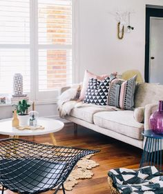 Saiba como usar diferentes estampas na decoração da sala de estar, seja nas almofadas, móveis e quadros