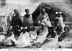 Group from Motueka, [ca Group from Motueka outside a whare, circa Many are wearing kakahu (traditional Maori cloaks). Nz History, Polynesian People, Maori People, New Zealand Art, Maori Art, Aboriginal Art, Best Artist, Art Inspo, Maui