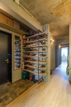 玄関に散らばってしまう、家族の靴。一人暮らししていてもスニーカーフリークの方であれば、溢れかえってしまう靴に頭を悩ませてしまっているのではないでしょうか?そんな方にオススメしたいのが靴箱のDIY。それぞれのご自宅に合わせたサイズやデザインで、おしゃれに収納できますよ。