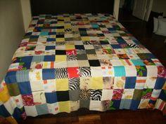 Colcha de retalhos de solteiro,feita à mão em tecido de algodão e similar, disponivel 01 peça....ou pode encomendar com outras medidas.Valor a consultar com outras medidas.