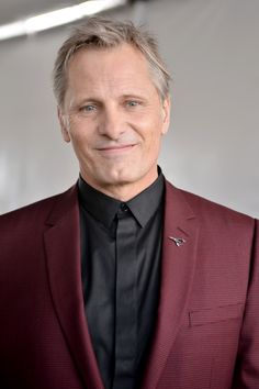 Dapper suit. Viggo Mortensen.