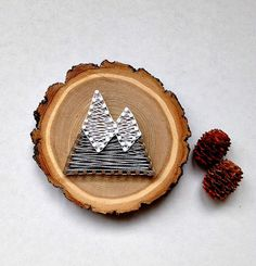 Wood Slice Mini String Art Signs String Art Mini by Crafts To Do, Wood Crafts, Crafts For Kids, Homemade Gifts For Boyfriend, Kids Wood, Wood Slices, Art Projects, Project Ideas, Christmas Crafts