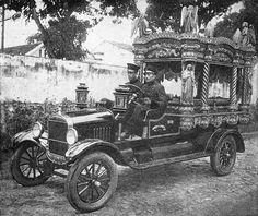 O novo carro funerário da Santa Casa de Misericórdia publicado na Revista da Associação Comercial do Amazonas (ACA), 1926. Rock Lee, Antique Cars, Nostalgia, Antiques, Vintage, Art, Fancy Cars, Trade Association, Amazons