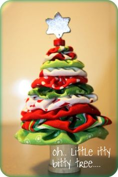 DIY Christmas Tree: Made with fabric yo-yo's. This site has lots of great Christmas DIY crafts. Christmas Sewing Projects, Christmas Tree Crafts, Christmas Fabric, Noel Christmas, All Things Christmas, Simple Christmas, Holiday Crafts, Holiday Fun, Christmas Decorations