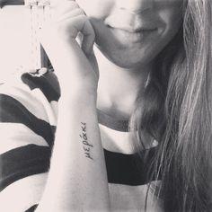Chica con un tatuaje de la frase meraki en si brazo La palabra griega Meraki significa que haces las cosas con pasión y pones creatividad en cualquier cosa que hagas. También suele referirse a hacer cosas simples, pero con una gran pasión.
