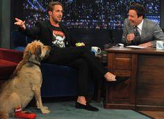 Ryan Gosling e essa roupa INCRÍVEL DE RYCO, tá parecendo o Skarsgård.