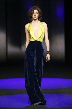 Vestido de invitada dos piezas escote bajo y blusa amarilla. Diseño de Esther Noriega.