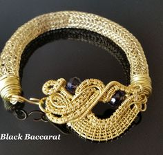 Bracciale Viking Knit in ottone con perle di cristallo sfaccettate Wirewrapped and viking knitted brass bracelets with faceted crystal beads Faceted Crystal, Crystal Beads, Wire Jewelry, Handmade Jewelry, Jewellery, Viking Knit, Fabric Crafts, Vikings, Jewelry Making