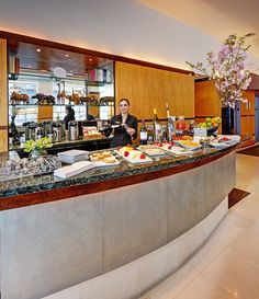 More than just a wine hour, guests at the HOTEL GIRAFFE in New York enjoy a 3 hour complimentary wine and cheese reception every night except Sunday. #HotelGiraffe #NYC #BookLHC
