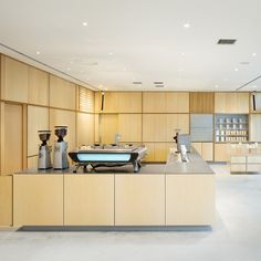 Blue Bottle Coffee Roppongi Cafe is a minimal coffee shop located in Tokyo, Japan, designed by Schemata Architects. Roppongi, Coffee Shop Design, Cafe Design, Interior Design, Restaurant Design, Restaurant Bar, Blue Bottle Coffee, Design Furniture, Retail Design