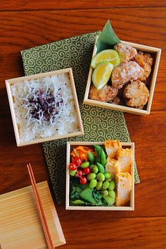 Rice with fish and other seasonings, karaage with lemon or lime wedges, edamame (shelled), what looks like some spinach below that, and I am unsure but maybe agetofu next to that. Japanese Lunch Box, Japanese Food, Bento Recipes, Vegetarian Recipes, Bento Box Lunch, My Favorite Food, Asian Recipes, Kids Meals, Love Food