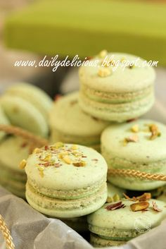 Pistachio Macarons Recipe (dailydelicious) my favorite flavor macaron. Baking Recipes, Cookie Recipes, Dessert Recipes, Frosting Recipes, Just Desserts, Delicious Desserts, Macaroons Flavors, Pistachio Macarons, Dessert Oreo
