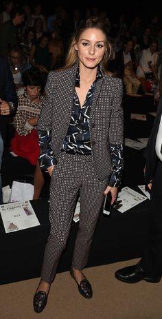 Olivia Palermo mezcló estampados en el desfile de Trussardi con su traje y su camisa.