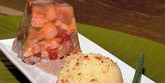 Manitas hechas un flan Manitas de cerdo acompañadas de puré de patatas y salsa de hongos