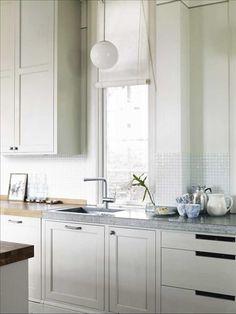 Köket är ritat av   Dina El Midani arkitektbyrå   och gifter ihop sekelskiftes-känslan med modern   str...