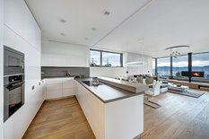 Kuchyni vyrobila na zakázku firma Kuchyně Pelc, architektům a klientům se podařilo najít rozumnou hranici mezi ergonomií, která je zásadní, a estetickou stránkou, která se někdy musí podřídit, ale nelze ji opominout