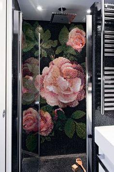 """La paroi """"Tecnostar"""" (Cesana) laisse une vue imprenable sur la mosaïque (Bisazza). Ciel de pluie rectangulaire 40 x 40 cm """"Dream Light"""" (Bossini). Sèche serviettes (Quadro Design)."""
