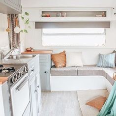 17 Adorable RV Remodel Ideas You Should Try - Camper Life Airstream Vintage, Vintage Caravans, Vintage Rv, Vintage Campers, Vintage Travel, Vintage Motorhome, Rv Living, Tiny Living, Living Spaces