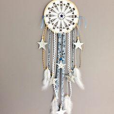 Attrape-rêves en dentelle, Liberty Adelajda et etoiles simili cuir dans des tons de beige, blanc et bleu - dreamcatcher / piège