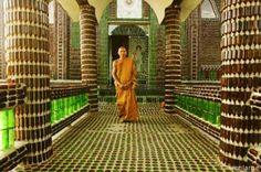 Templo Budista construido com garrafas de cerveja