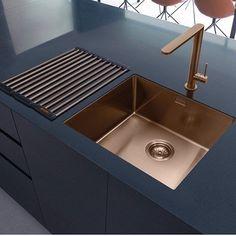 Modern Kitchen Interior Luxurious and modern: copper kitchen sinks Modern Kitchen Design, Interior Design Kitchen, Interior Decorating, Decorating Ideas, Modern Sink, Modern Faucets, Kitchen Designs, Modern Design, Copper Interior