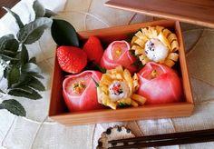 春はすぐそこ、といえでもまだ寒いこの季節。紅一点咲くの椿の花ような、パッと目を惹く美しい演出をしてみませんか?「椿手毬寿司」なら、簡単きれいに食卓もいっきに華やぎます!詳しい作り方とアイデアレシピをご紹介しますね♩