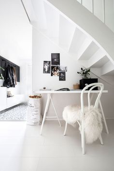Arbeidskroken under trappen består av nette møbler som ikke tar mye plass Home Office, Office Desk, Decoration, Ikea, Kids Rugs, Interior Design, Youtube, Furniture, Home Decor