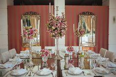 Mesa espelhada, prataria sofisticada e espelhos venezianos para completar o décor -  Casamento Amanda Abreu e Noman Khan