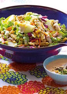 Salada colorida com frango crocante e molho de iogurte e alho