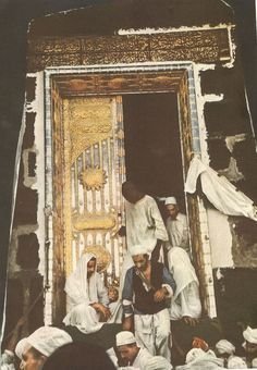 Photos and videos of Makkah & Medina. The beginnings of Mecca is attributed to Ishmael's descendants. The Old Testament chapter Psalm and a mention of a pilgrimage at the Valley of Baca, Islamic Pictures, Old Pictures, Old Photos, Islamic Images, Vintage Photos, Sacred Architecture, Masjid Al Haram, Rare Historical Photos, Mekkah