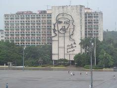 En la Plaza de la Revolución en el frente del MInisterio del Interior puede verse el famoso relieve escultórico del Che Guevara, relaizado por el artista cubano Enrique Ávila, inspirado en la fotografía de  Alberto Korda.