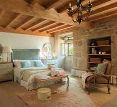 Rústico dormitorio con cabecero turquesa y ropa de cama en colores pastel_00315227