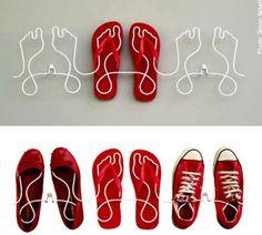 Si buscas una forma original de guardar tus zapatos has encontrado lo que buscabas. Este curioso zapatero puede ir tanto anclado a la pared, como colocado en el suelo, aunque esta última forma es bastante menos cómoda y ocupa mucho espacio. Aunque claro, ya sabes cuál es el problema de que los zapatos vayan contra la pared: la suciedad. Antes de colocar los zapatos habrá que asegurarse de que estén bien limpios.