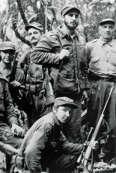 Fidel Castro (haut, centre) et Raul Castro (bas) en 1957 durant la guérilla menée contre le dictateur cubain Fulgencio Bastista.