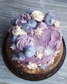 """Свободный свежайший торт!!! Внутри """"Элина"""", а снаружи черносмородиновый зефииииир!! Украшен меренгами. Сразу три десерта в одном!! Стоимость - 2300!!! Забрать можно сегодня или завтра)"""