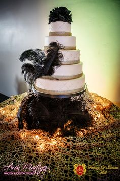 Do you want an unconventional cake? Try adding flowers with feathers. This will help your cake pop. Black flowers and feathers with gold and cream accents. Rent Party, Great Gatsby Theme, New Years Eve Decorations, Black Wedding Cakes, Black Flowers, New Years Party, Cake Pop, Event Venues, Quinceanera
