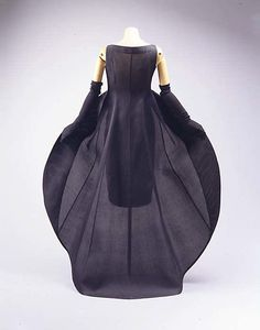 Balenciaga Evening Dress - c. 1967 - House of Balenciaga (French, founded - Design by Cristobal Balenciaga (Spanish, Dress 1960s Fashion, Moda Fashion, Fashion Week, Vintage Fashion, Womens Fashion, Vintage Outfits, Vintage Gowns, Vintage Mode, Balenciaga Vintage
