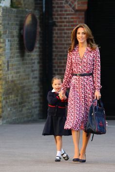 Kate Middleton's School Drop-Off Dress Proves That Summer Isn't Over Just Yet - - Kate Middleton looked bright and breezy wearing a Michael Kors shirtdress, as she dropped Princess Charlotte at her first day of school. See the photos. Kate Middleton Outfits, Style Kate Middleton, Kate Middleton Photos, Kate Middleton Jeans, Kate Middleton Family, Kate Fashion, Royal Fashion, Look Fashion, Duchesse Kate