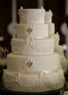 Romantic Wedding Cake - oh my, oh my, oh my!! A friend of mine better know how to do this!!! :)