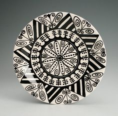 Mandala Plate Hand Painted Black and White Pottery Plates, Ceramic Plates, Decorative Plates, Pottery Painting, Ceramic Painting, Circular Tattoo, Paint Your Own Pottery, Pueblo Pottery, Sharpie Art