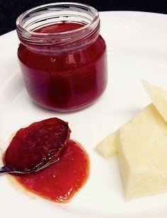 è una confettura tipica della Calabria. E' una deliziosa confettura a base di peperoncini piccanti rossi e peperoni rossi