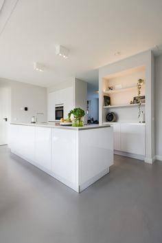 Een gietvloer combineren met een hoogglans witte keuken? Prachtig!
