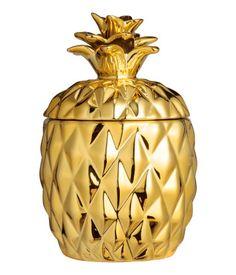 Goldfarben/Ananas. Kerze im ananasförmigen Keramikgefäß mit Deckel. Ohne Duft. Durchmesser 9 cm, Höhe einschließlich Deckel ca. 15 cm. Brenndauer 30 Stunden