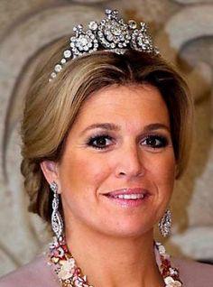 Koningin Maxima draagt koningin Emma's Diamanten HarpTiara zonder de sterren die Emma er op droeg