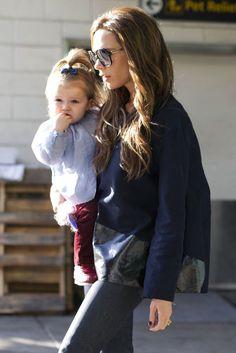 El estilo de Harper Beckham. Pocas veces vemos a Harper con pantalones. Aquí, conjuntada con su mamá, lleva Bonpoint.