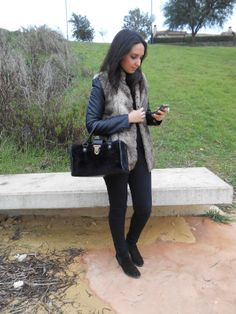 http://unachicasual.blogspot.com.es/2014/02/chic-total-black.html  fashionblogger, blog, chaleco, vest, look, ootd, outfit, moda, style, streetstyle, negro, black, bolso, bag, bershka, primark