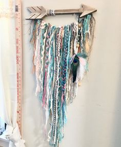 Love the rustic wooden arrow with hanging textiles.I would change out the actual colours textures of the fabric Crafts To Make, Home Crafts, Diy Home Decor, Arts And Crafts, Yarn Wall Art, Yarn Wall Hanging, Wall Hangings, Deco Originale, Crafty Craft